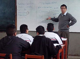 Photo of Bluidson Ledesma teaching in a classroom